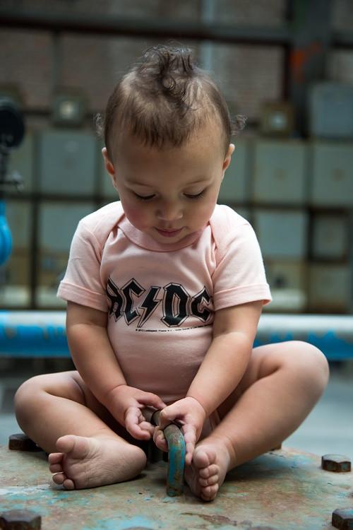 AC/DC Baby Romper Logo Pink fotoshoot